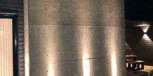 Betoniseinän valaistus Highline Floor ledeillä.